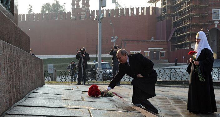 Il presidente Putin e il patriarca Kirill davanti al monumento a Minin e Pozharskiy