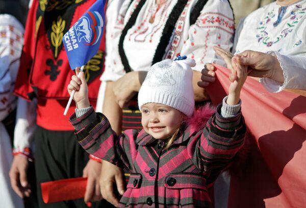 Una bambina alle celebrazioni della Giornala dell'unità nazionale a Simferopol'. - Sputnik Italia