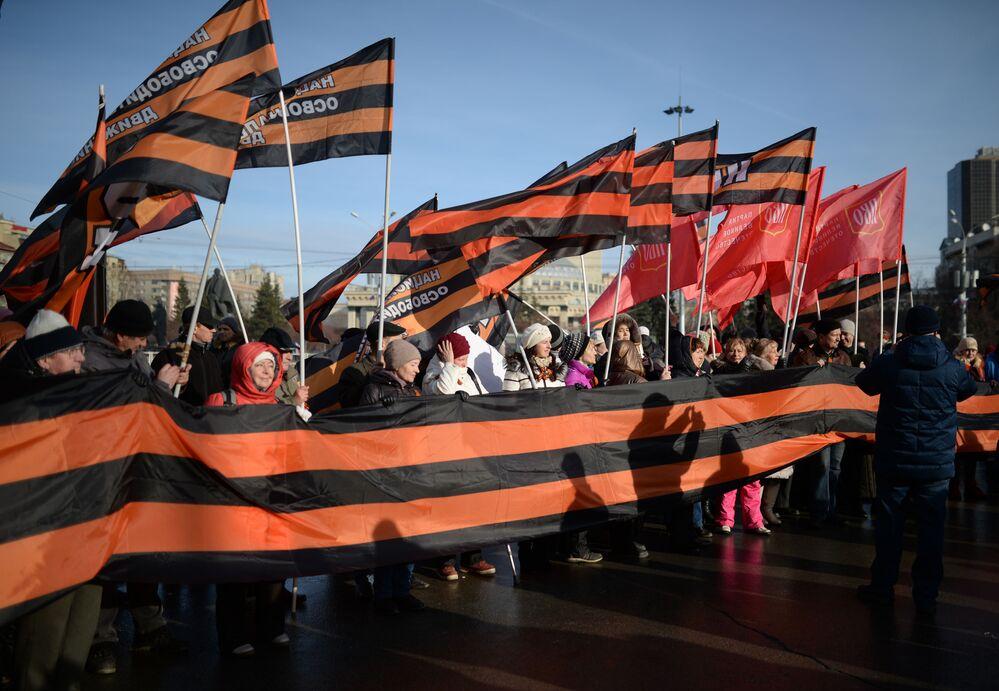 Gli abitanti del Novosibirsk alle celebrazioni della Giornala dell'unità nazionale.