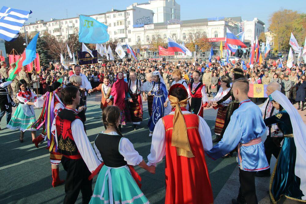 I partecipanti delle celebrazioni della Giornala dell'unità nazionale a Simferopol'.