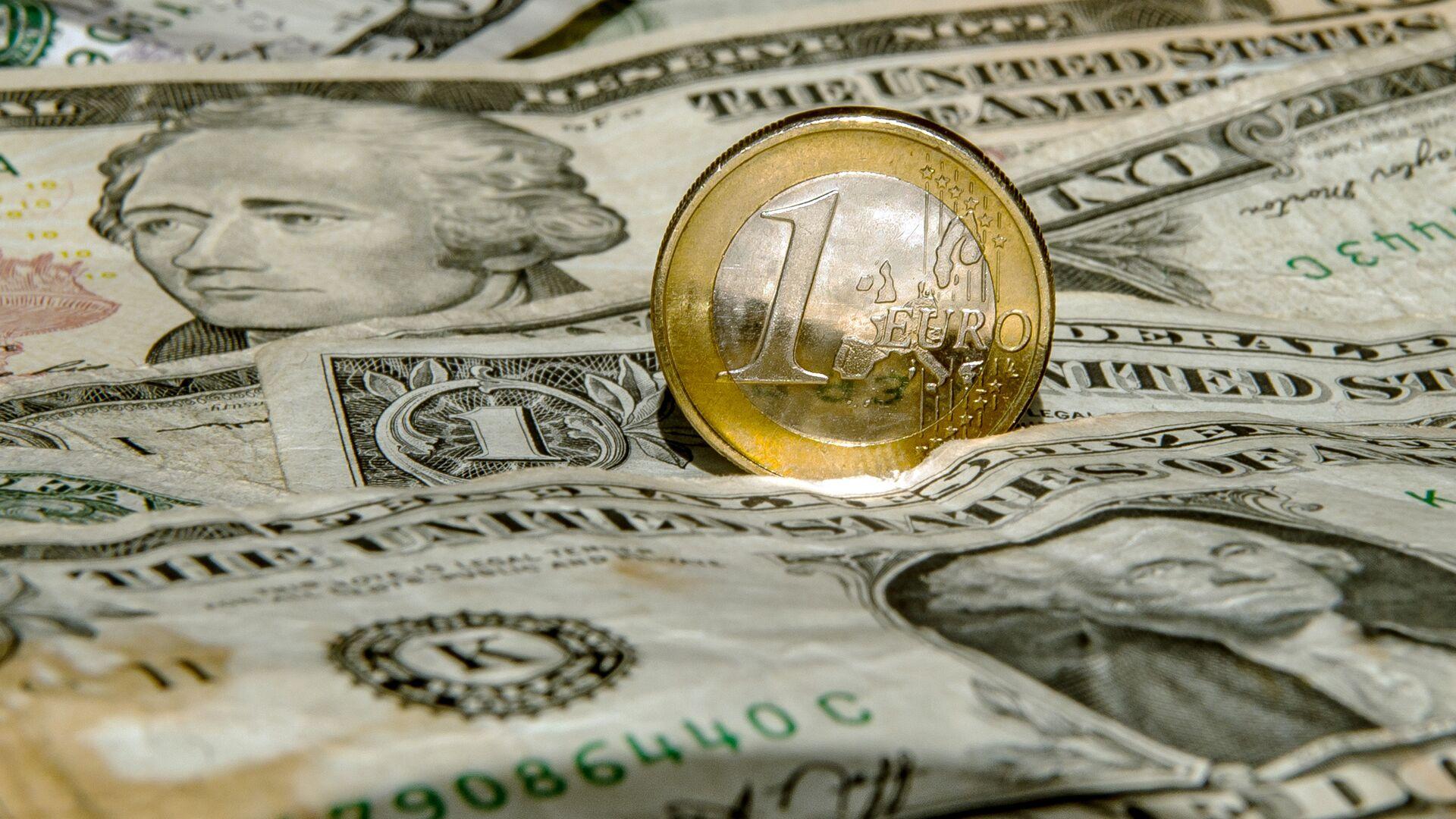 Dollari e un euro - Sputnik Italia, 1920, 28.06.2021