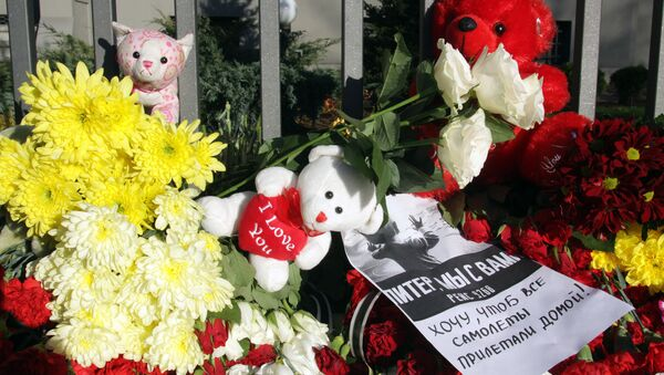 Flowers, candles and toys to commemorate the Airbus A321 victims, outside the Russian general consulate in Riga - Sputnik Italia