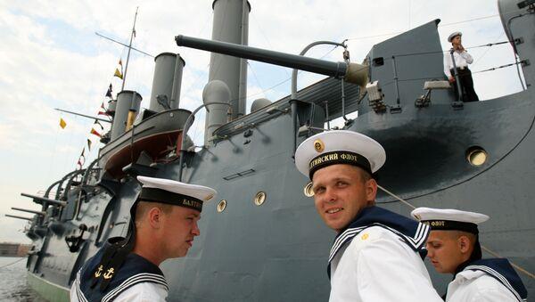 Marinai russi davanti all'incrociatore Aurora - Sputnik Italia