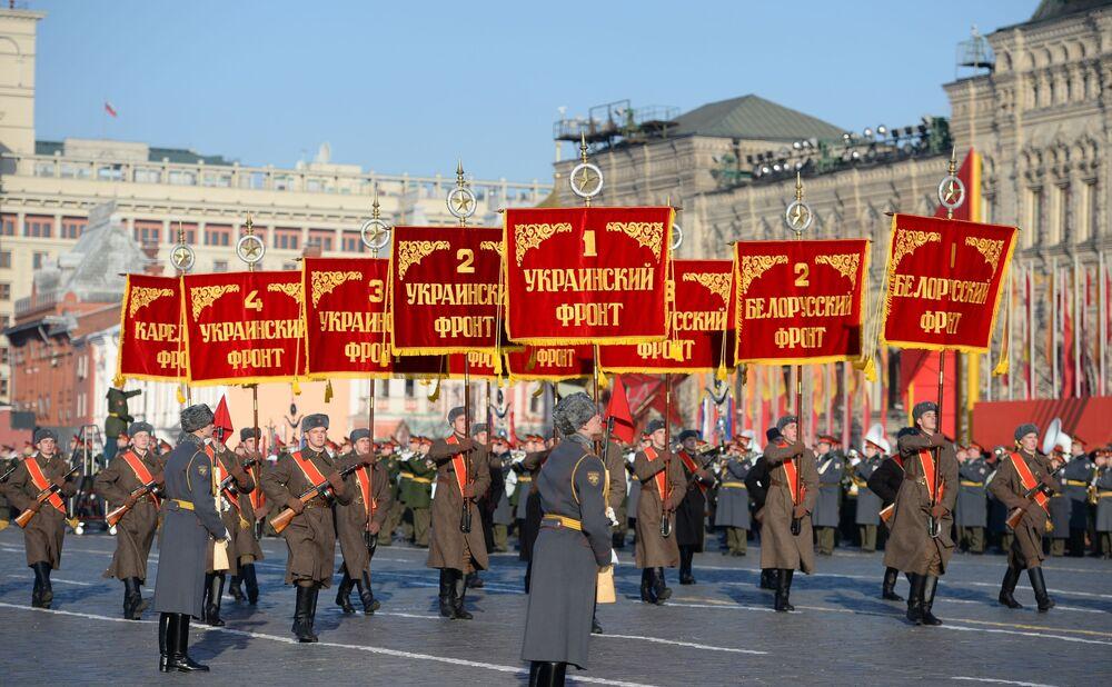 Marcia cerimoniale: l'Armata Rossa nel centro di Mosca.
