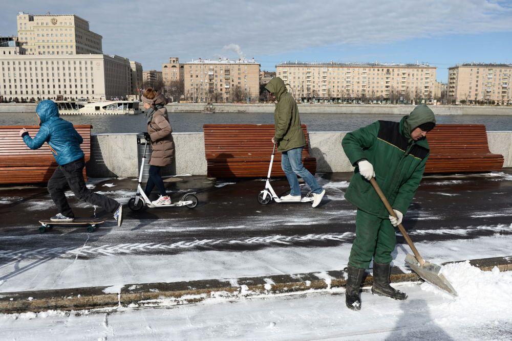 Pulizia della neve sul lungofiume della Moscova, al parco Gorky