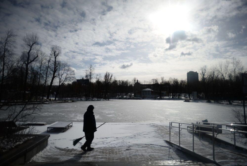Dopo la nevicata di domenica, lunedì è tornato il sole a Mosca