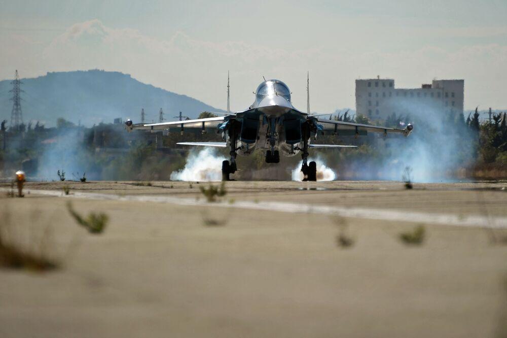 Il cacciabombardiere multiruolo Su-34 alla base aerea Hmeimim in Siria.