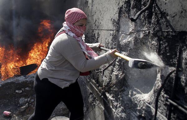 Una donna palestinese con un'ascia distrugge la barriera in Gerusalemme Est. - Sputnik Italia