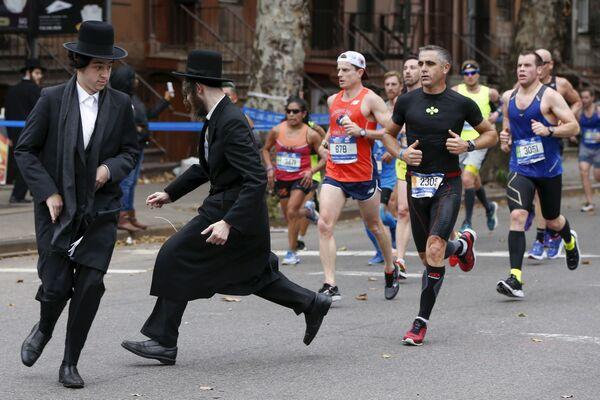 Due ebrei cercano di attraversare la strada davanti ai partecipanti nella maratona a Brooklyn. - Sputnik Italia