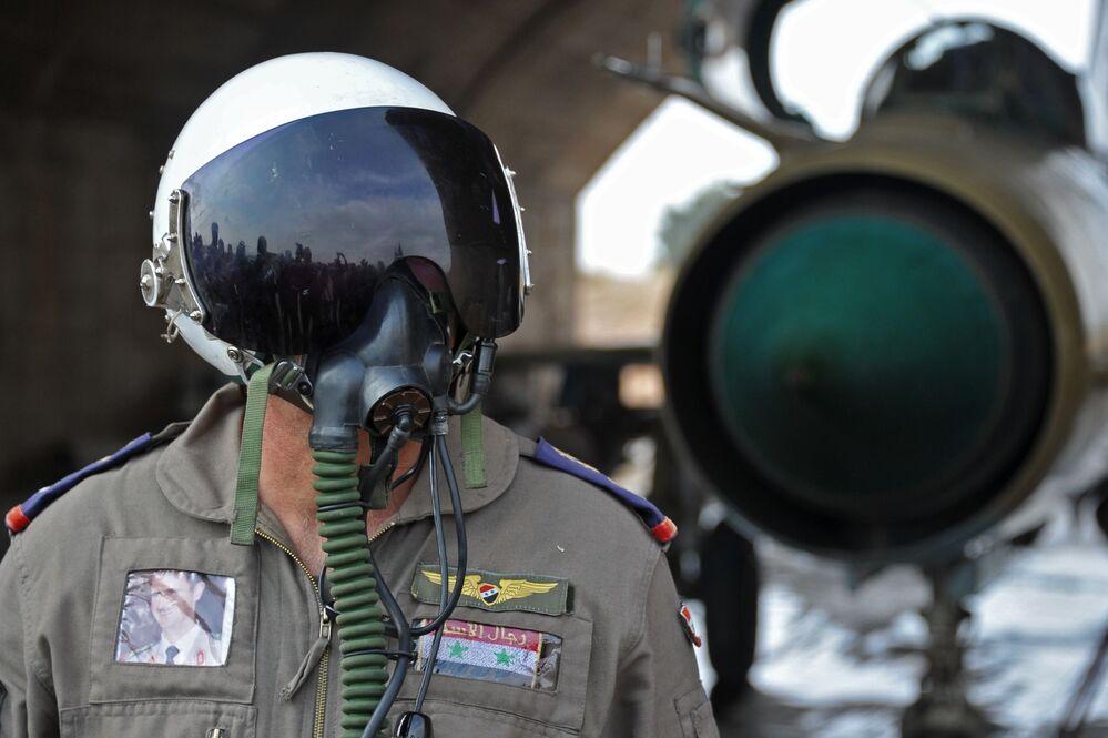 Un pilota siriano alla base aerea Hama in Siria.