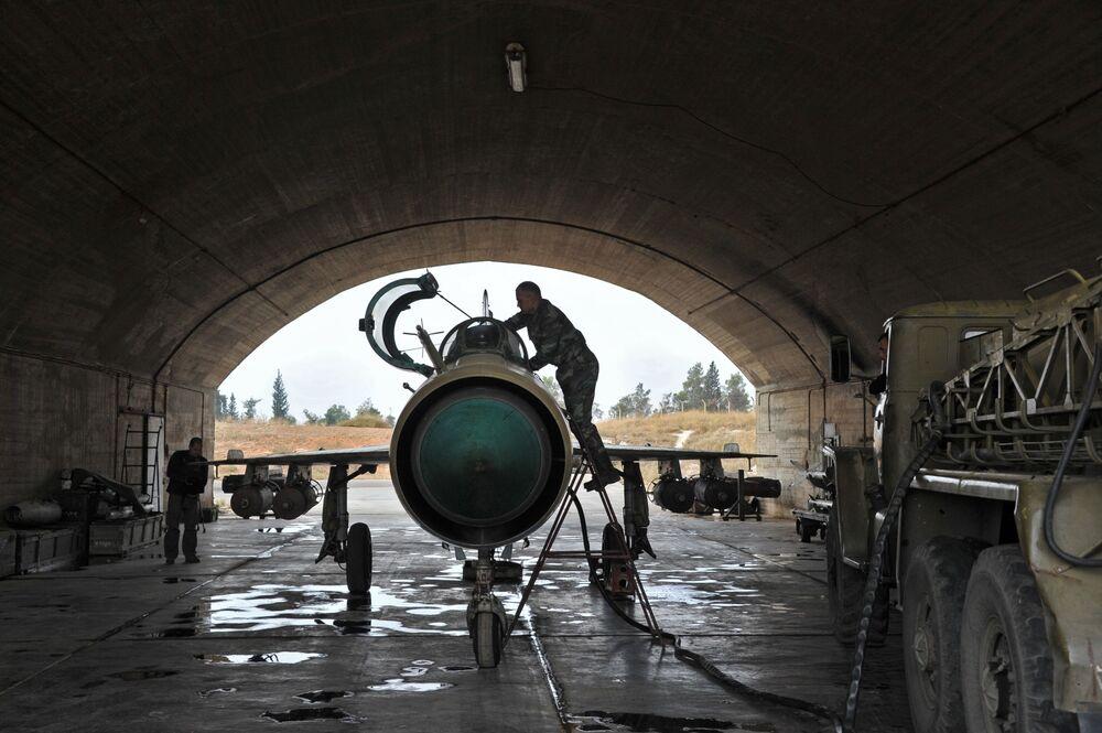 Il personale tecnico alla manutenzione dell'aereo MiG-21 prima della sua partenza alla base aerea Hama in Siria.