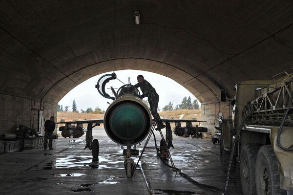 Il personale tecnico alla manutenzione dell'aereo MiG-21 prima della sua partenza alla base aerea Hama in Siria. - Sputnik Italia