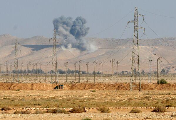 Lo scoppio della bomba aerea FAB-500 in un campo di combattenti ISIS a 20 km da Palmira. - Sputnik Italia