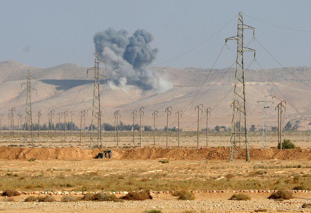 Lo scoppio della bomba aerea FAB-500 in un campo di combattenti ISIS a 20 km da Palmira.