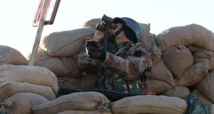Un soldato curdo a Sinjar, nel nord dell'Iraq
