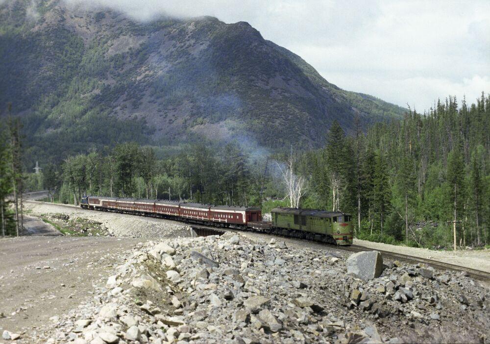 Il treno Komsomól'skaja Pravda (in italiano Verità del Komsomol) alla Ferrovia Bajkal-Amur.