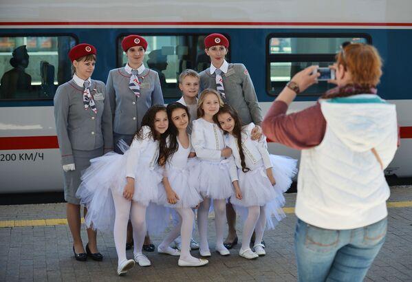 Controllori e passeggeri del nuovo treno espresso Strizh posano prima della partenza della prima corsa da Mosca a Nižnij Novgorod. - Sputnik Italia