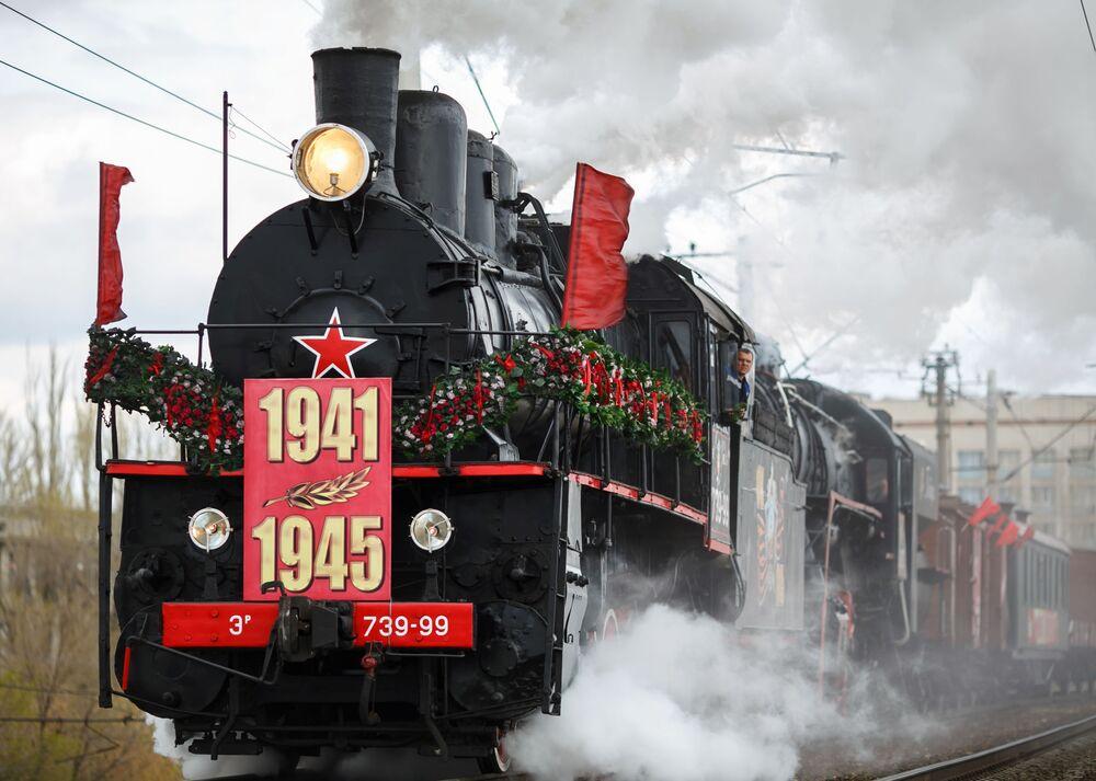L'arrivo del treno d'epoca Pobeda (in italiano vittoria) alla stazione di Volgograd.