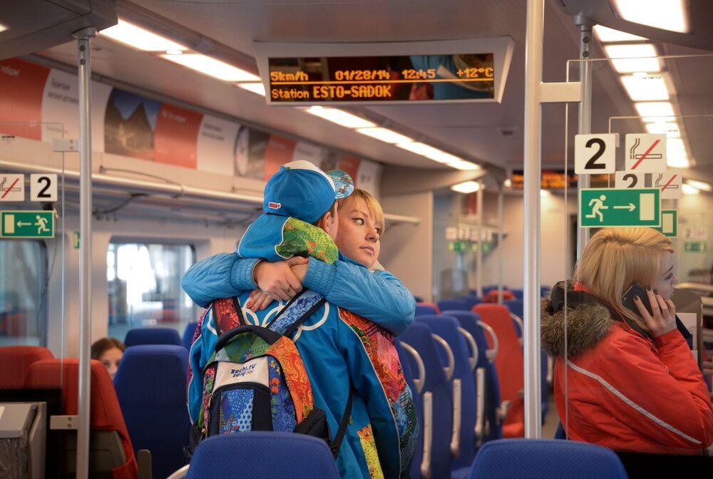 I passeggeri dell'elettrotreno Lastochka (in italiano rondine), in corsa da Krasnaja Poljana a Parco Olimpico di Sochi.