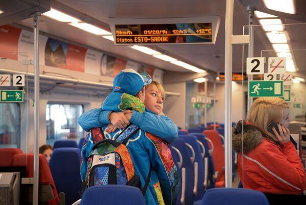 I passeggeri dell'elettrotreno Lastochka (in italiano rondine), in corsa da Krasnaja Poljana a Parco Olimpico di Sochi. - Sputnik Italia