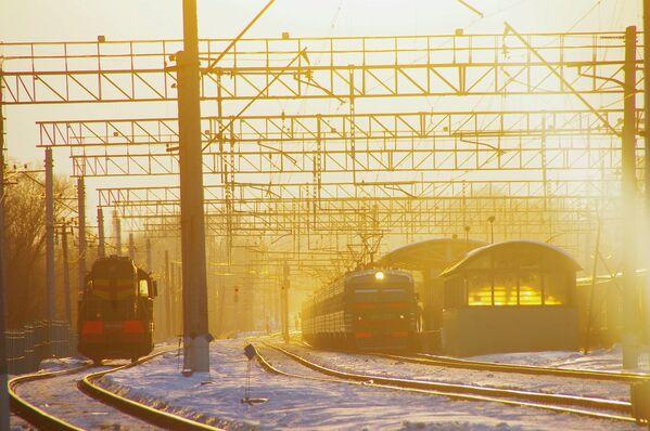 Un treno arriva alla stazione di Krasnogorsk (nei pressi di Mosca) al tramonto. - Sputnik Italia