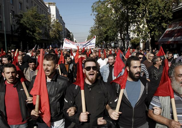I manifestanti durante lo sciopero ad Atene il 12 novembre.