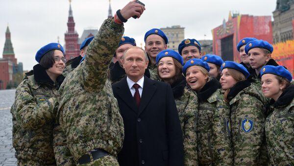 Selfie insieme a dei giovani militari per Putin sulla Piazza Rossa - Sputnik Italia