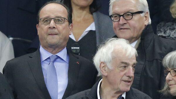 French President Francois Hollande, left, and German Foreign Minister Frank-Walter Steinmeier arrive to watch the international friendly soccer match France against Germany at the Stade de France stadium in Saint Denis, outside Paris, Friday Nov. 13, 2015. - Sputnik Italia