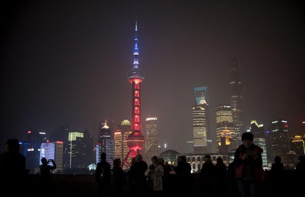 L'Oriental Pearl Tower, una torre televisiva di Shanghai. - Sputnik Italia