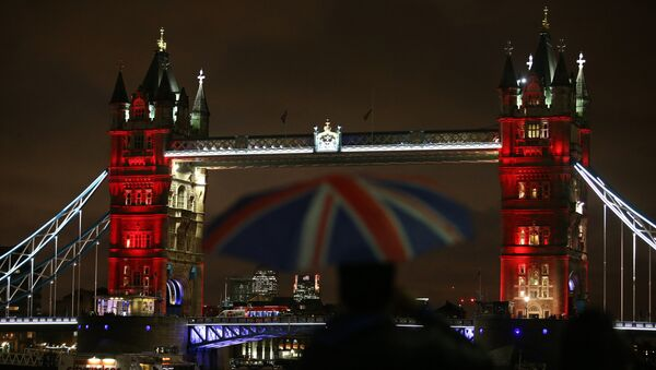 London's iconic Tower Bridge, illuminated in blue, white and red lights, resembling the colours of the French national flag, in London on November 14, 2015, as Britons express their solidarity with France following a spate of coordinated attacks that left 129 dead in Paris on November 13.  - Sputnik Italia