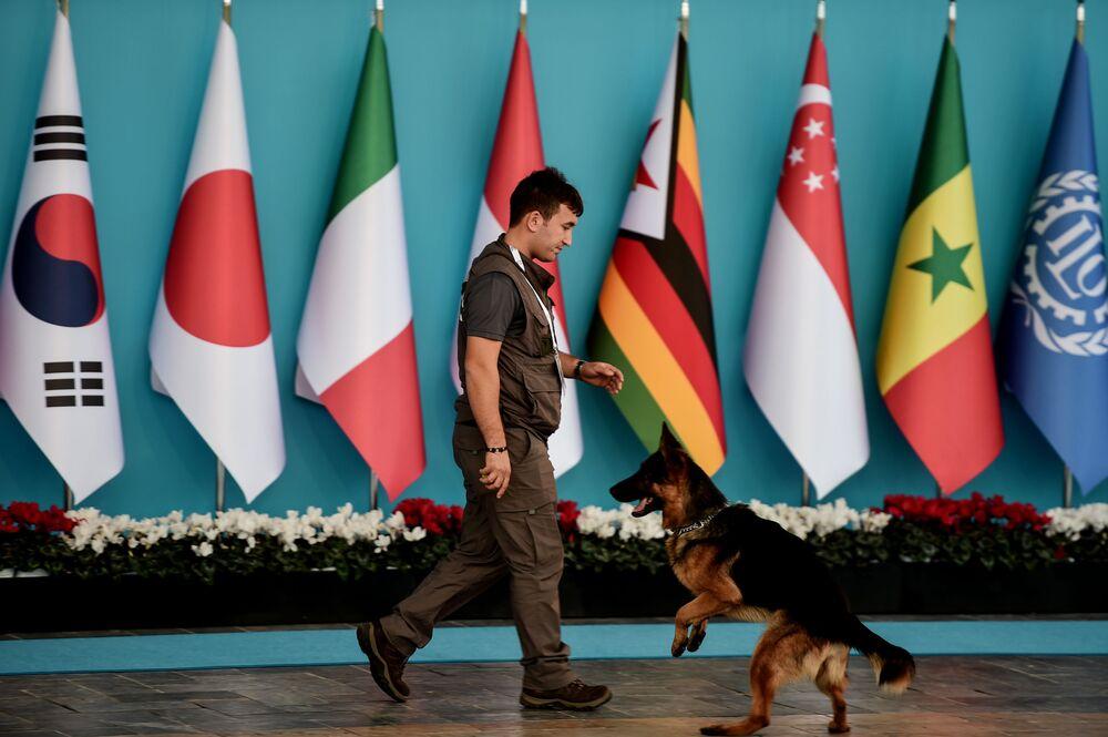 Un agente di polizia monitora la situazione al summit G20 in Turchia.