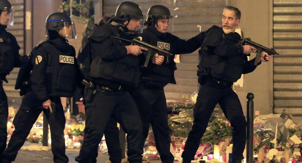 La polizia interviene a Parigi vicino al ristorante La Carillon, dopo un falso allarme il 15 novembre