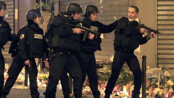 La polizia interviene a Parigi vicino al ristorante La Carillon, dopo un falso allarme il 15 novembre - Sputnik Italia