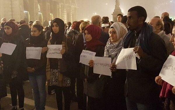 Giovani musulmani in piazza a Parigi con il cartello: Not in my name - Sputnik Italia