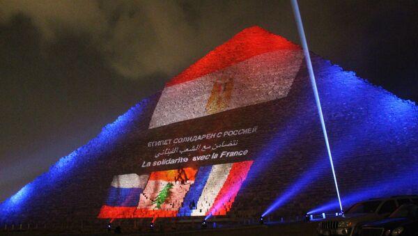 Ricordo delle vittime dell' A321 russo e di Parigi sulla piramide di Giza - Sputnik Italia