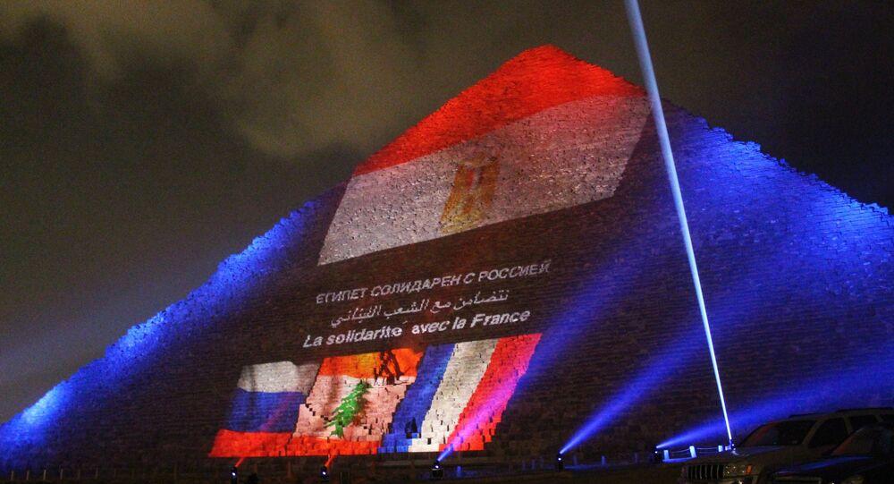 Ricordo delle vittime dell' A321 russo e di Parigi sulla piramide di Giza