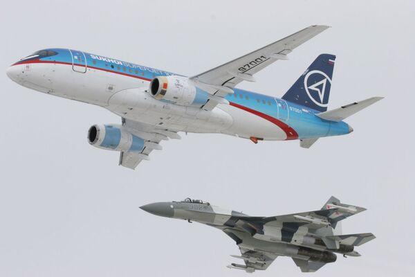 Самолет Sukhoi SuperJet-100 в сопровождении истребителя Су-35 - Sputnik Italia