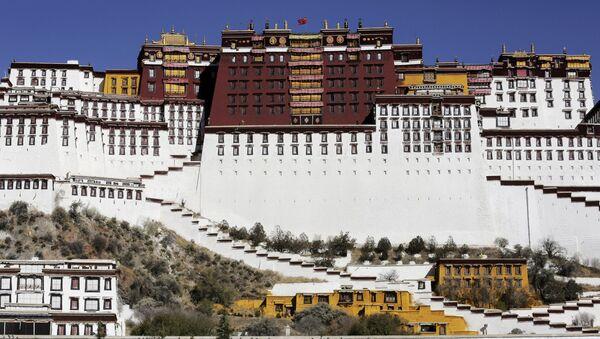 Тибетский полицейский перед дворцом Потала в Лхасе - Sputnik Italia