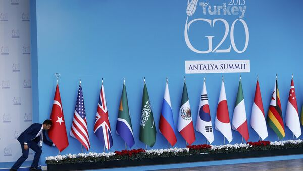 An official adjusts a Turkish national flag prior to the start of the G20 summit in Belek in the Mediterranean resort city of Antalya, Turkey, November 14, 2015 - Sputnik Italia