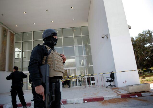 Il poliziotto tunisino davanti all`entrata nel Museo del Bardo