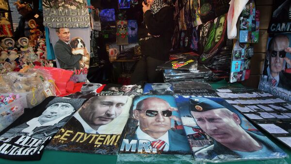 A street vendor sells T-shirts with portraits of the Russian President Vladimir Putin at a Christmas market in St.Petersburg, Russia, Wednesday, Dec. 24, 2014. - Sputnik Italia