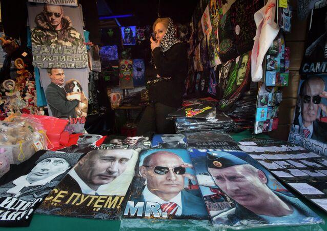 La vendita di T-shirts con immagine del Presidente russo Vladimir Putin per strada  a St..Pietroburgo.
