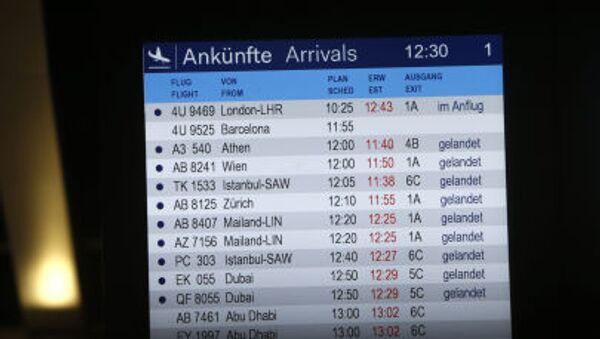 Il tabellone degli arrivi all'aeroporto di Dusseldorf - Sputnik Italia