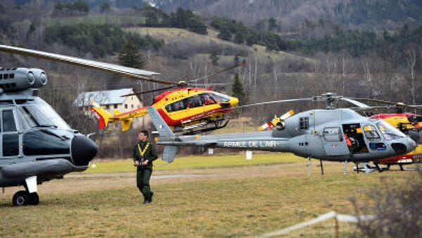 Elicotteri dell'aeronautica francese si recano sul luogo dello schianto dell'Airbus Germanwings - Sputnik Italia