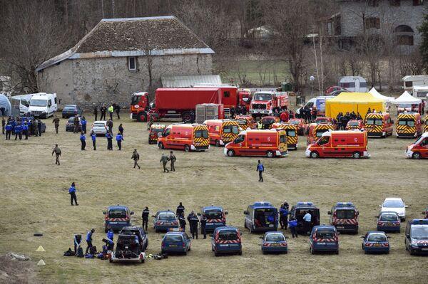Le unità di soccorso francesi si radunano prima di intervenire sul luogo dello schianto - Sputnik Italia