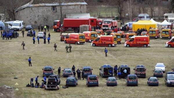 Французские пожарные и спасатели в окрестностях крушения самолета Airbus A320 - Sputnik Italia