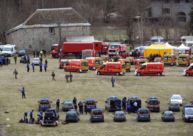 Французские пожарные и спасатели в окрестностях крушения самолета Airbus A320