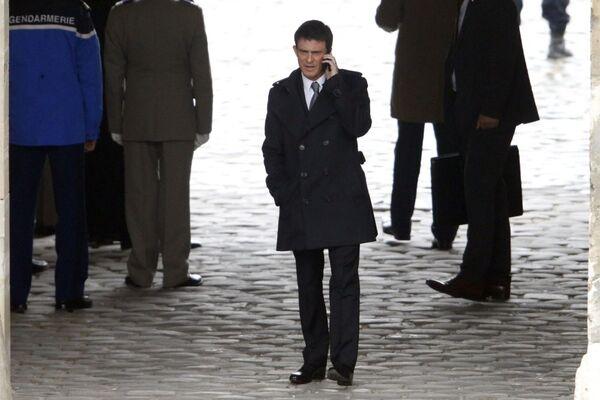 Il primo ministro francese Manuel Walls parla al telefono a Parigi - Sputnik Italia