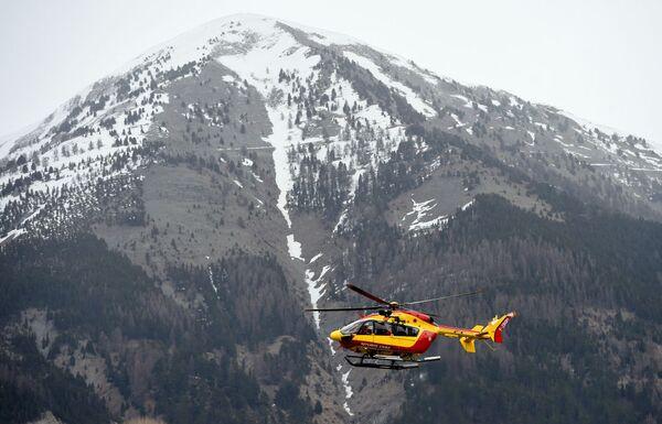 Un elicottero dell'aeronautica francese sorvola il luogo dello schianto dell' Airbus A320 - Sputnik Italia