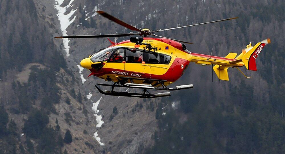 Un elicottero sorvola la zona dello schianto dell'Airbus A320 sulle Alpi francesi